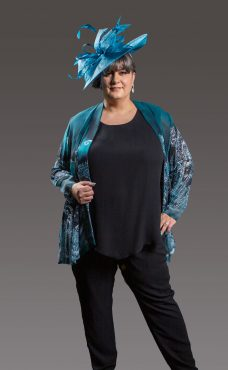 Gorgeous and flattering 3 piece stylish outfit. Elasticated waist chiffon and fully lined trousers with matching round neck cami complemented by the lightweight patterned jacket that is so lightweight you could wear it all evening. Black/teal- 44921 ((003894