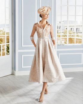 Breathtakingly beautiful, this stunning fit and flair 50's vintage style tea length coat dress will have heads turning. Flattering drawn in waist with belt and intricate gold lace spun over the sweetheart neckline on the bodice. Available in pink - 4G175 (004473)